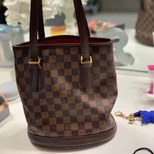 9ecbf0033a8c Louis Vuitton. Authentic Louis Vuitton Damier petit bucket bag.
